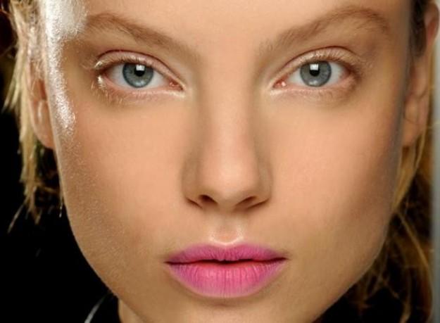 labbra-rosa-intenso-per-hussein-chalayan